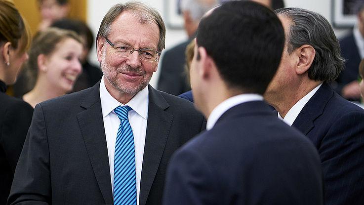 Älterer Herr (Witterauf) mit sehr korrekter Krawatte, unauffälliger Brille und gepflegtem, kurzem Bart
