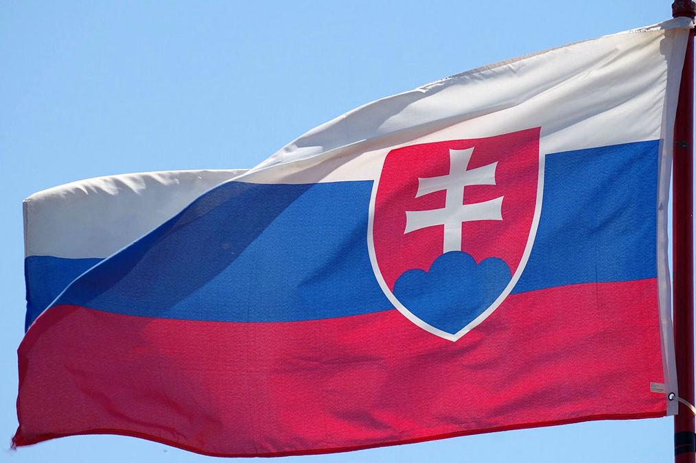 Flagge der Slowakei. Drei horizontale Balken und ein Schild mit einem Doppelkreuz