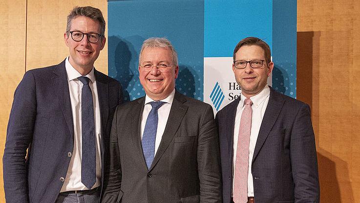 """CSU-Generalsekretär Markus Blume (links), HSS-Vorsitzender Markus Ferber und Generalsekretär Oliver Jörg (rechts). """"Markus Ferber verkörpert in seiner Person das Vereinende, als Schwabe und Bayer, als Deutscher, als Europäer."""" (Blume)"""