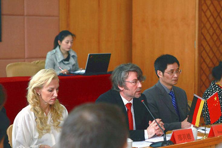 Eröffnung des Symposiums zur Umwelt- und Bildungsforschung: Prof. Christina Schenz (Universität Passau), Dr. Bernd Seuling (HSS Shanghai), Prof. Hong Gang (Präsident der ZISU