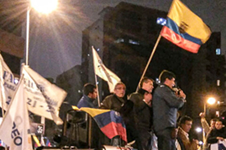 Nächtliche Ansammlung von Menschen, die Fahnen und Transparente halten: Demonstration und Mahnwache vor einem Büro der staatlichen Wahlbehörde CNE (Consejo Nacional Electoral)