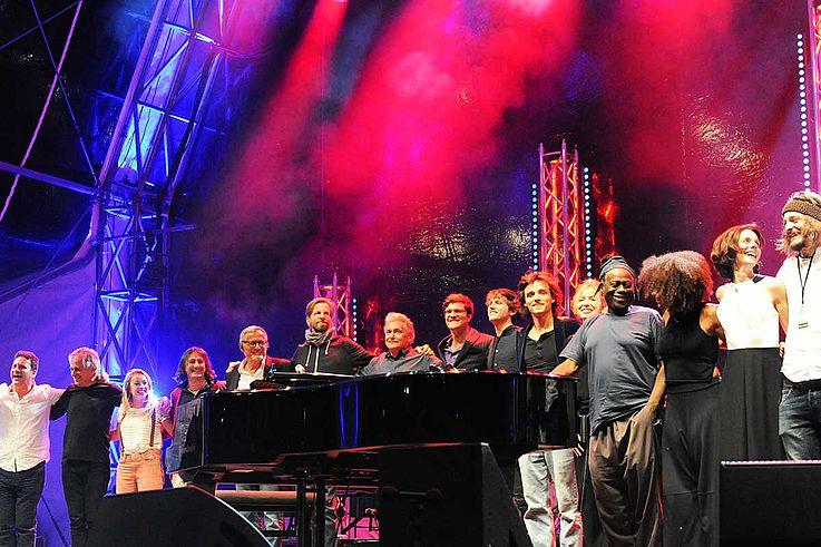 Alle Musiker gemeinsam auf der Bühne. Verabschiedung.