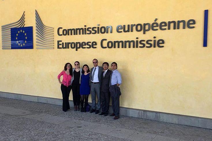 Gruppenbild vor dem Schriftzug am Gebäude der Europäischen Kommission