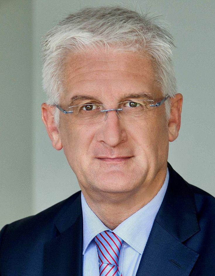 Joachim Menze, leitet die Regionalvertretung der EU-Kommission in München. Er hat Recht mit Vertiefung im Gesellschafts-, Handels- und europäischem Recht in Bayreuth und München studiert. Nach dem Staatsexamen war er zunächst als Rechtsanwalt tätig. Ab 1993 war er bei der Europäischen Kommission für die Kontrolle staatlicher Beihilfen tätig. Von 1998 bis 2000 arbeitete er in der Rechtsabteilung der Europäischen Bank für Wiederaufbau und Entwicklung in London und war an Rechtsreformvorhaben im Bereich des Kreditsicherheitenrechts beteiligt. Von 2000 bis 2004 war er Ermittler bei dem Europäischen Amt für Betrugsbekämpfung (OLAF. Von 2004 bis 2014 arbeitete Herr Menze in verschiedenen Funktionen bei der Europäischen Agentur für die Sicherheit des Seeverkehrs in Lissabon, vor allem in den Bereichen Recht und Finanzen.  Seit Herbst 2014 leitet Herr Menze die Vertretung der Europäischen Kommission in München.