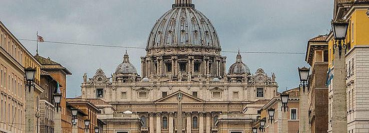 Das Schicksal der Migranten ist für Papst Franziskus ein großes Anliegen. Der Papst ruft auf zur Brüderlichkeit und Barmherzigkeit.