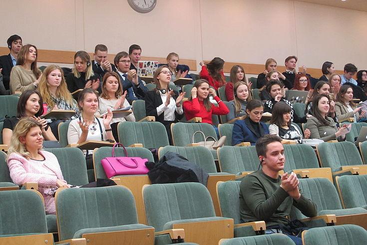 Studierende der renommierten Universität MGIMO bei der Diskussion mit den Mitgliedern der HSS-Delegation