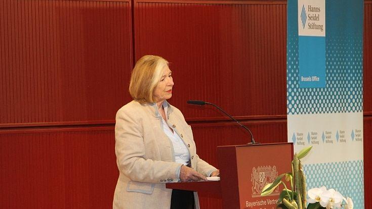 """Ursula Männle betonte bei der Eröffnung der zweiten Veranstaltung aus der Serie """"FORUM INNERE SICHERHEIT (FIS)"""", wie wichtig eine verstärkte Zusammenarbeit für Europa ist."""