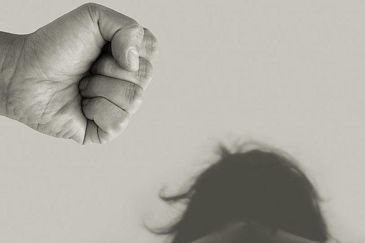 Mit Gewalt und Drohungen werden die Opfer gefügig gemacht