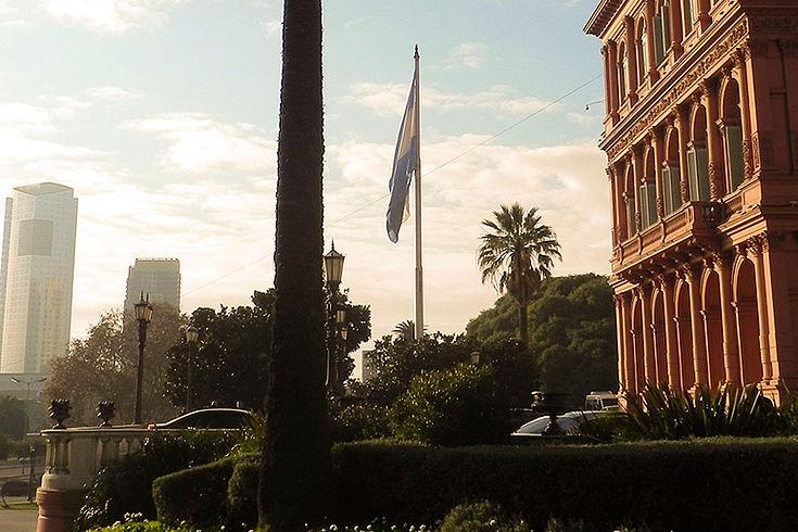 Die Casa Rosada (Regierungsgebäude) von der Seite gesehen mit dem Vorplatz und einer Palme