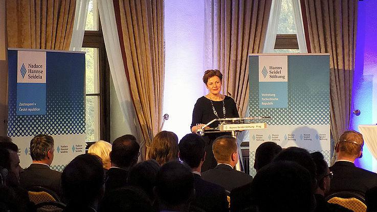 Christiane Markert, Ständige Vertreterin der Deutschen Botschaft in Prag, gratuliert zur langjährigen bayerisch-deutschen Zusammenarbeit