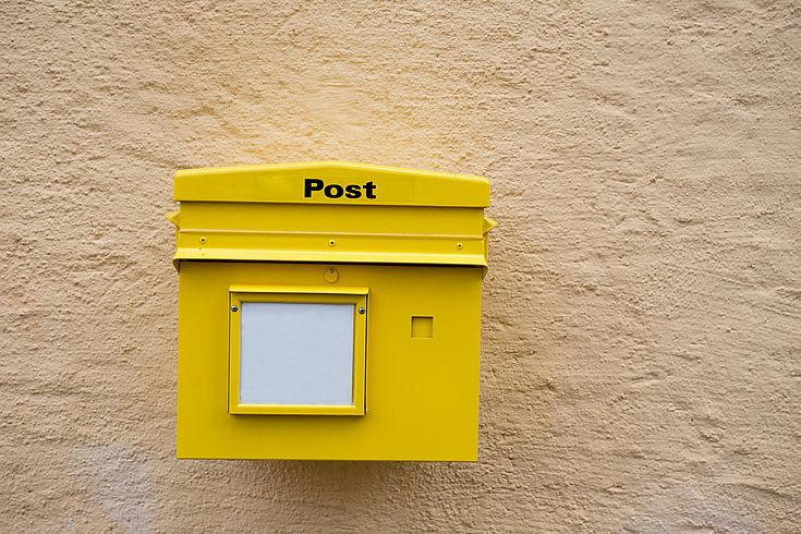 Ein Briefkasten an einer Hauswand