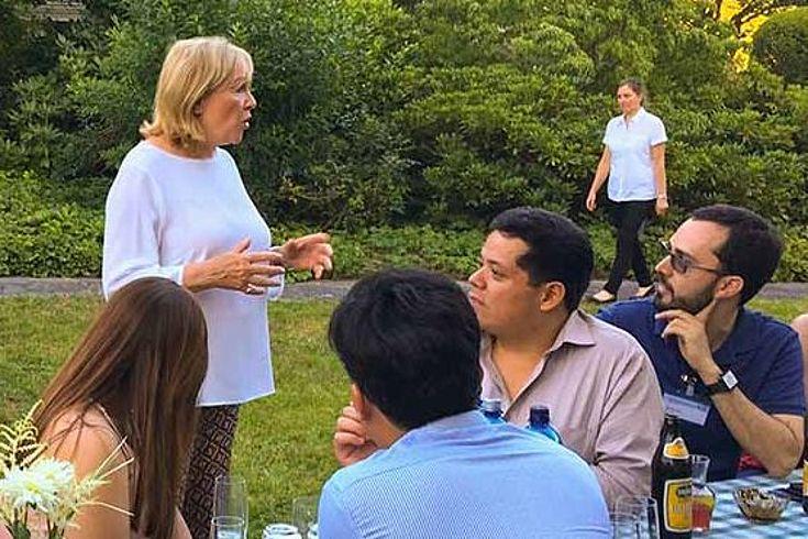 Die Vorstandsvorsitzende der Stiftung Ludwig-Erhard-Haus Evi Kurz präsentierte das LEZ den Teilnehmern der 1. International Summer School