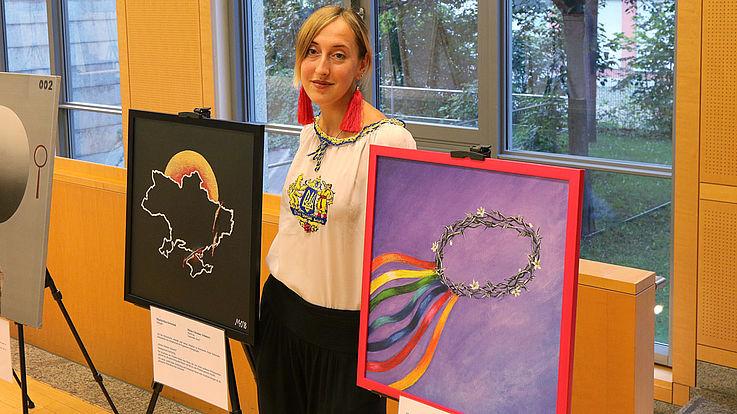 """Ihre Werke """"My Ukraine: Pain"""" (links, 50 mal 50 cm in Akryl auf Leinwand) und """"Thorn crown"""" (rechts) sprechen für sich."""