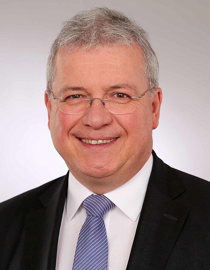 Markus Ferber (*1965, Dipl.-Ing.) vertritt Bayerisch-Schwaben seit 1994 im Europäischen Parlament. Von 1999 bis 2014 war er Vorsitzender der CSU-Europagruppe. 2005 wurde er Bezirksvorsitzender der CSU in Schwaben. Er ist Mitglied im Ausschuss für Wirtschaft und Währung und stellv. Mitglied im Ausschuss für Verkehr und Fremdenverkehr. Ferber ist Sprecher des Parlamentskreises Mittelstand (PKM Europe) und stellv. Vorsitzender des Ausschusses für Wirtschaft und Währung. Außerdem ist Markus Ferber stellv. Vorsitzender der Hanns-Seidel-Stiftung.