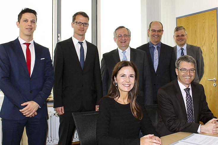 Dr. José Raúl Béguelin (ISSP), Andreas Luxem (Bay. Bereitschaftspolizei), Prof. Dr. Klaus G. Binder (HSS), Dr. Markus Zanner (Uni Bayreuth) und Prof. Dr. Markus Möstl (Uni Bayreuth), im Vordergrund Dr. Marcela De Langhe (ISSP) und Prof. Dr. Thomas Sc