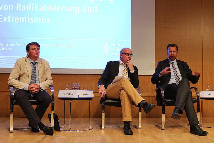 Dr. Van Hüllen, Moderator Dr. Alexander Straßner von der Uni Regensburg (hört gespannt Mayer zu), Stephan Mayer, MdB (erklärt gerade mit umfassender Geste einen Punkt)