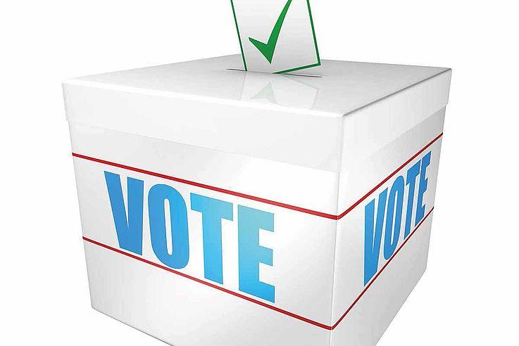 """Weiße Wahlurne mit der Aufrschrift """"Vote"""""""