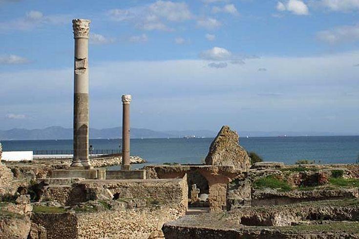 Die Ruinen der Antoninus-Thermen in Karthago mit einer bemerkenswerten 15-Meter hohen Säule und im Hintergrund das Meer