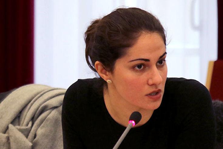 Zwei junge Frauen am Verhandlungstisch vor Mikros. Die rechte (Matlé) spricht überzeugt.