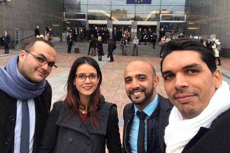 Die Reisegruppe vor dem Europäischen Parlament