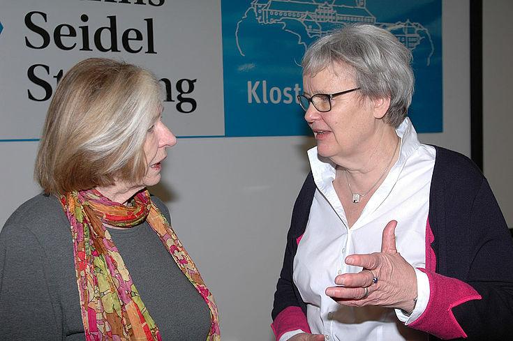Was sind die Themen 2018? Stiftungsvorsitzende Ursula Männle und Stefanie von Winning (re.), Leiterin des Instituts für Politische Bildung, blicken nach vorne.