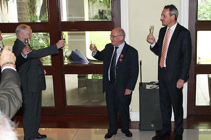 Paul G. Schäfer (Mitte): Das Gesicht der Hanns-Seidel-Stiftung in Manila mit dem deutschen Botschafter auf den Philippinen, Dr. Gordon Kricke (rechts)