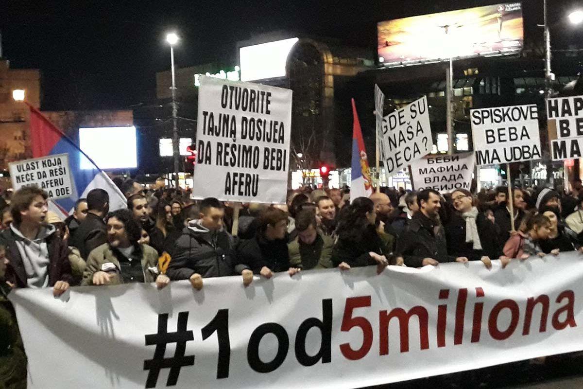 Demonstranten tragen ein Spruchband vor sich her, auf dem steht: #IchbineinervonfünfMillionen