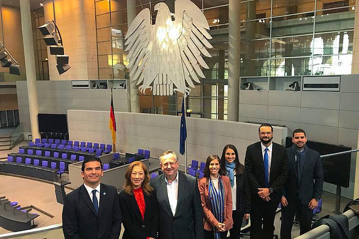 Auch den Plenarsaal des Deutschen Bundestags konnten die Parlamentsverwalter aus Argentinien und El Salvador besichtigen