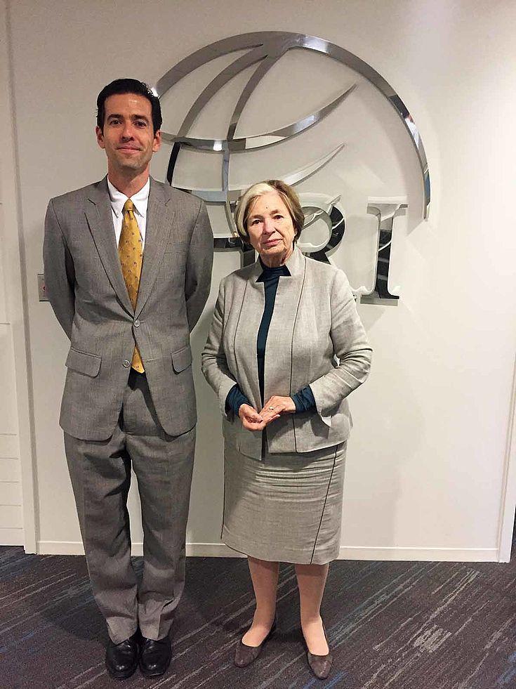 Junger Mann mit lauter Krawatte links neben Ursula Männle, die wesentlich kleiner als er, neben ihm steht und entschlossen blickt.