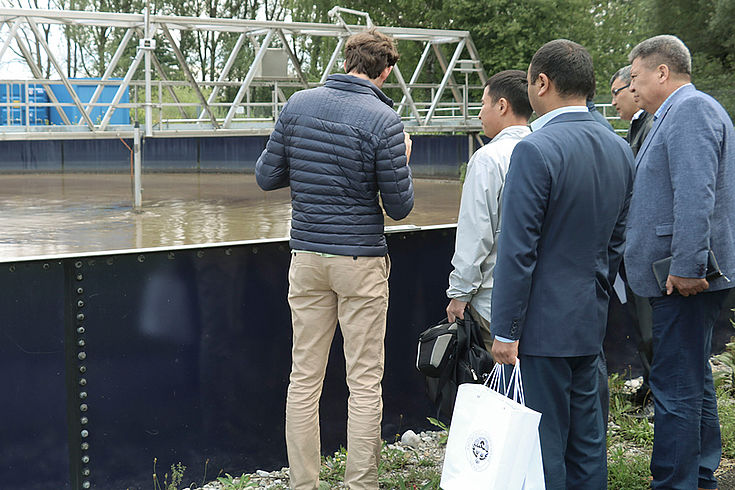 Wie Abwasser von den Ammerseewerken in Eching wiederaufbereitet wird, das erfahren die kirgisischen Besucher