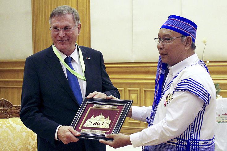 Bundestagsvizepräsident Johannes Singhammer und der Präsident des myanmarischen Oberhaus Manh Win Khaing Than begrüßen sich und überreichen ein Gastgeschenk