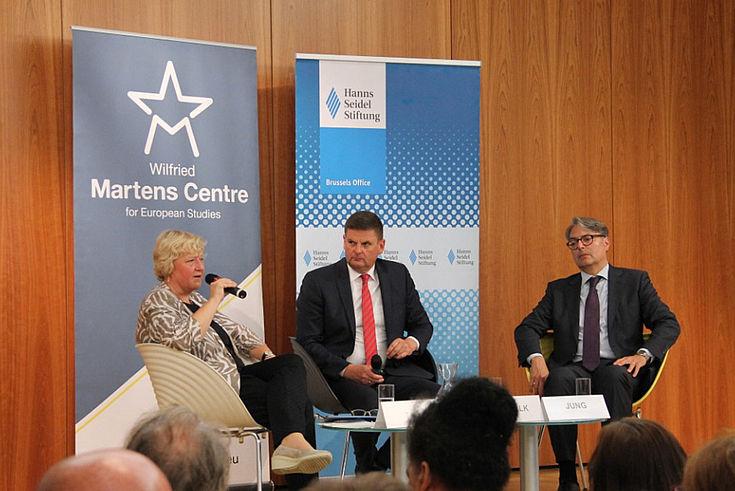 EU-Experte und ehemaliger Focus-Chefredakteur in Brüssel, Ottmar Berbalk (Mitte), moderierte die Veranstaltung.