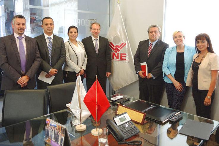 Gruppenfoto in einem Arbeitszimmer bei Vertretern der peruanischen Wahlkommission mit Frau Dr. Luther und Dr. Peter Witterauf
