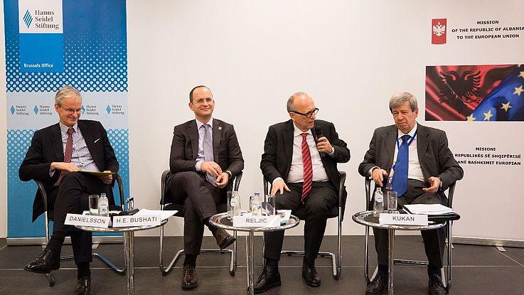 Moderator Reljic fragt nach der Rolle von Drittstaaten