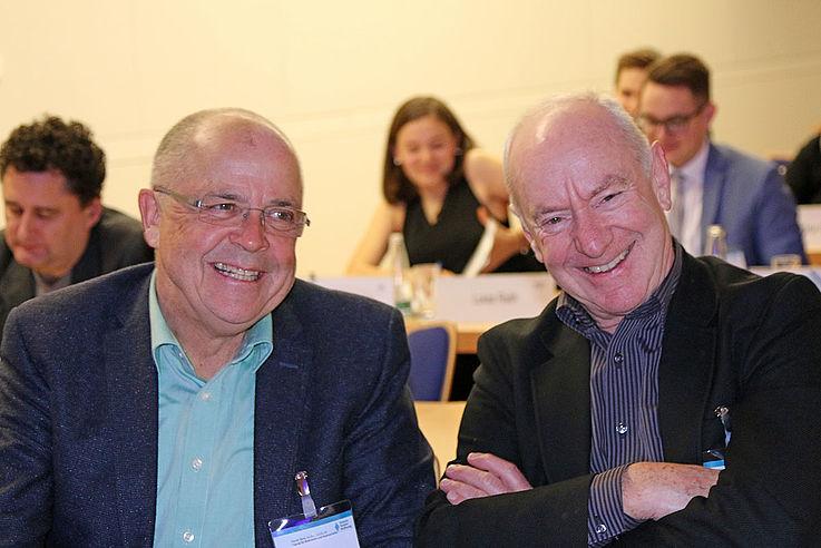 Chef vom Dienst bei Bayern 1 Winfried Bürzle (rechts) und Helmut Göb, HSS-Referent