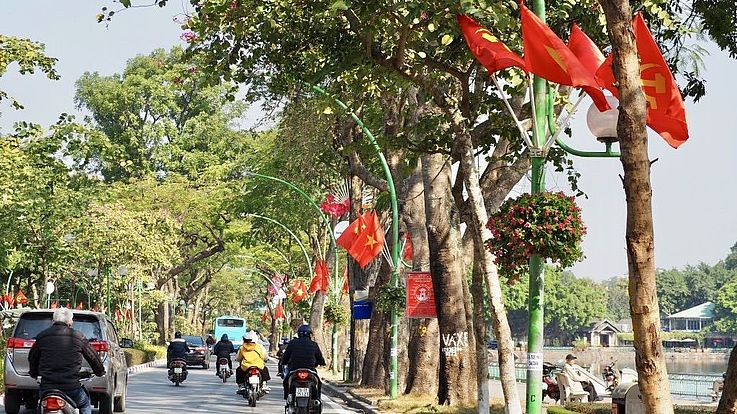 Vietnam-Flaggen in der Thanh Nhien Straße mitten in Hanoi