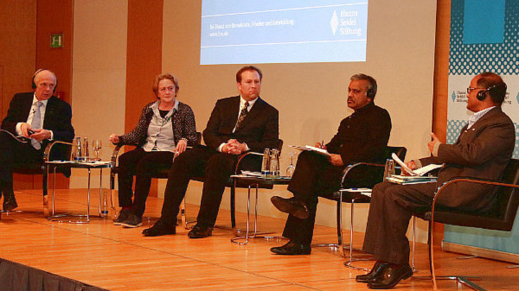 Podium mit Fachleuten, die über besseres Wassermanagement diskutieren