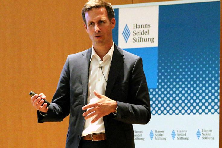 Mirko Hornung stellt alternative Krafstoffkonzepte für die Luftfahrt und neue Triebwerke vor.