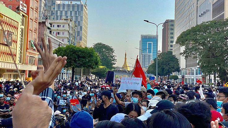 Eine Woche nach der Machtübernahme durch das Militär gibt es in Myanmar immer mehr Proteste. Symbol der Protestierenden ist der 3-Finger-Gruß.