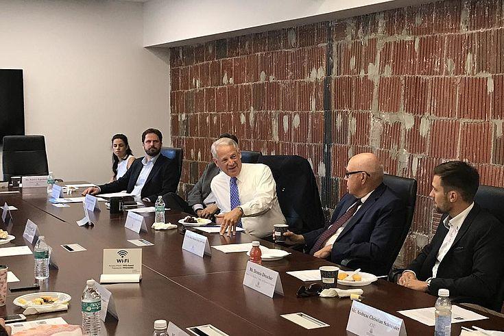 Debatte mit den früheren Kongressabgeordneten Steve Israel (D-New York) und Robert Walker (R-Pennsylvania) bei der U.S. Association of Former Members of Congress