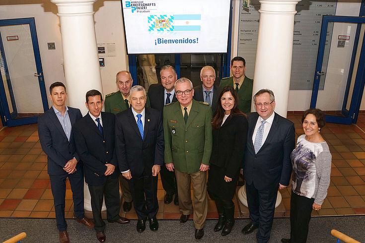 Gruppe der Delegationsteilnehmer mit Gerd Enkling (Polizeidirektor von der Bayerischen Bereitschaftspolizei), Wolfgang Sommer (Präsident der Bayerischen Bereitschaftspolizei), und Prof. Dr. Klaus Georg Binder (HSS München)