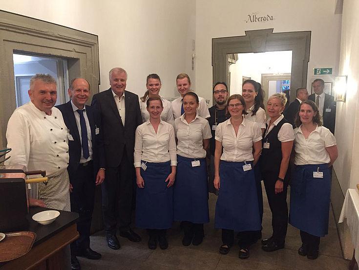 Gruß aus der Küche: Ministerpräsident Horst Seehofer mit dem Servicepersonal in Kloster Banz