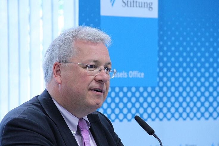 Markus Ferber vor Mikrofon. Anzug, Krawatte. Fotowand der Hanns-Seidel-Stiftung im Hintergrund.