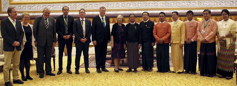 Gruppenfoto des Präsidenten des Unterhauses und Abgeordnete von Myanmar mit Vertretern des Bundestags, Bundesrats und Hanns-Seidel-Stiftung (Prof. Ursula Männle)