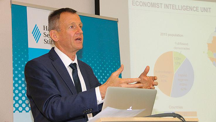 Jakkie Cilliers präsentiert die Ergebnisse der Studie