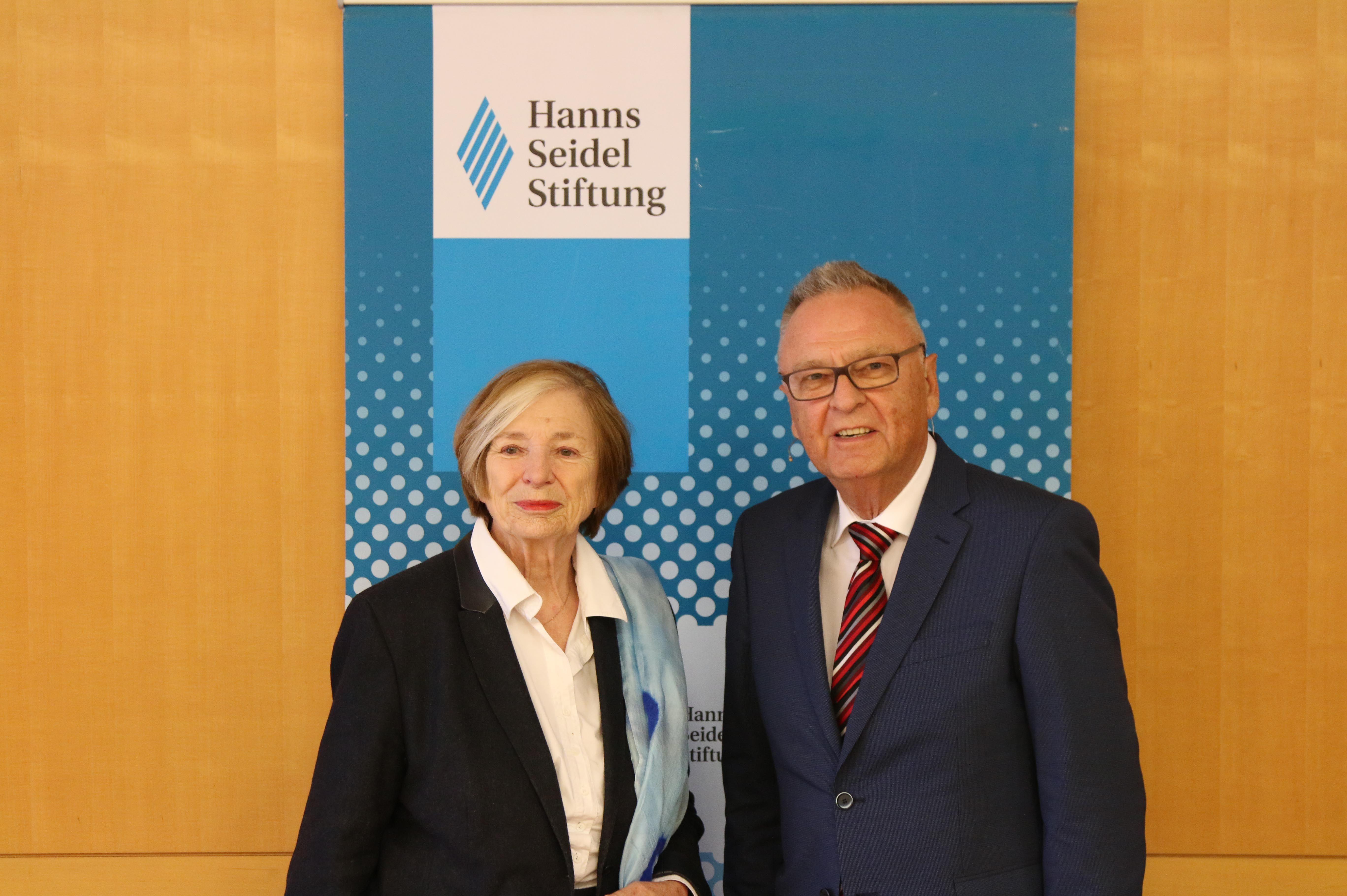 Die Vorsitzende der Hanns-Seidel-Stiftung, Prof. Ursula Männle mit Prof. Dr. Hans-Jürgen Papier, Präsident des Bundesverfassungsgerichtes a.D.