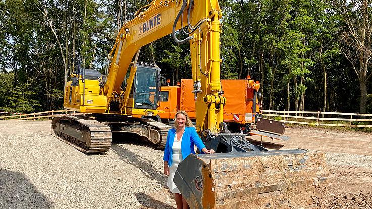 Kerstin Schreyer, Bayerische Staatsministerin für Verkehr, Bauen und Wohnen, vor einer Baumaschine