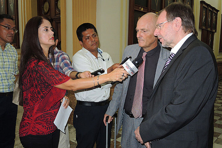 Eine junge Frau hält Dr. Witterauf ein Mikrofon hin und interviewt ihn beim Sender des Kongresses über die Arbeit der HSS