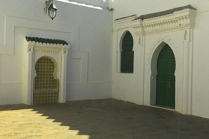Marokkanisches Haus mit Tür und Fenster