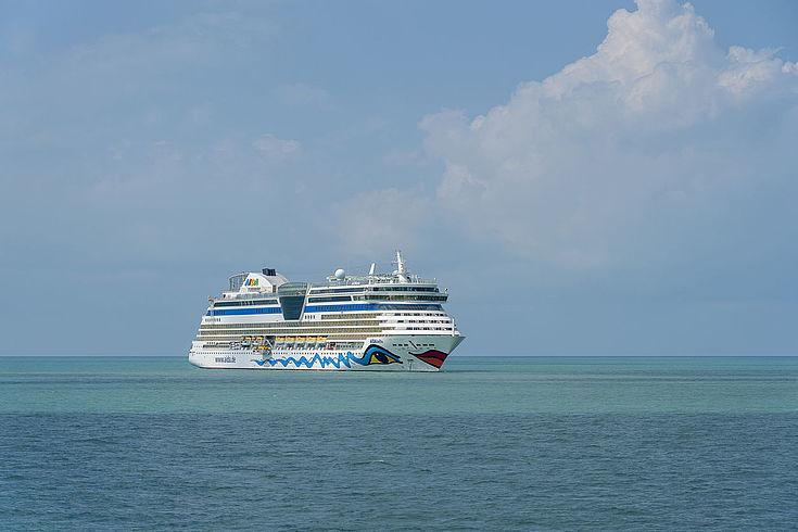 """Das riesige Kreuzfahrschiff von """"Aida"""" auf dem weiten Meer"""